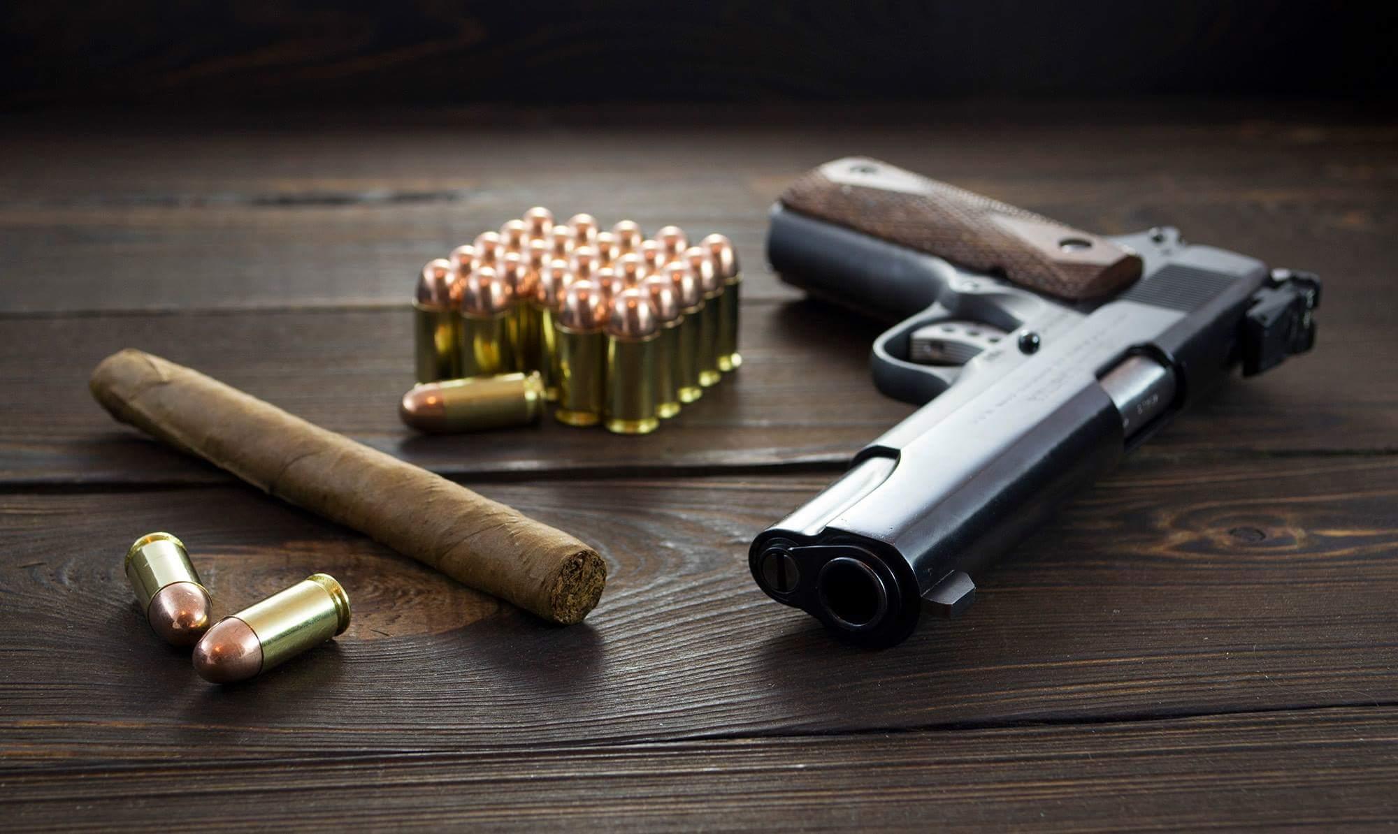 pistolet colt 1911 na drewnianej podłodze